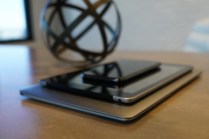 맥북은 아이패드보다 두껍지만, 차이가 크지 않고, 아이패드에는 케이스가 필요하다.