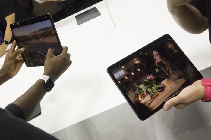 12.9인치 아이패드 프로(오른쪽)은 구형 모델에 비하면 정말 작아 보인다.