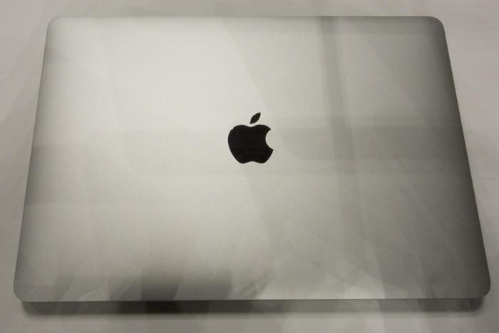 신형 맥북 에어는 구형 모델보다 훨씬 작다.