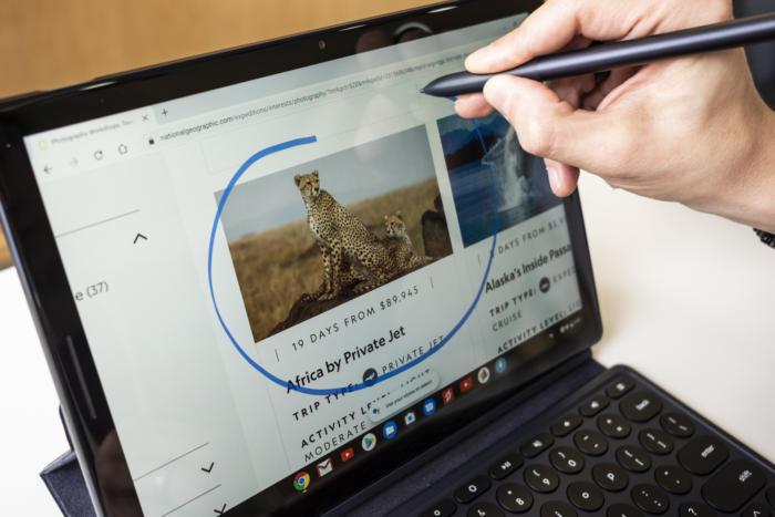 픽셀 펜으로 원을 그리면, 구글 어시스턴트가 이를 감지한다.