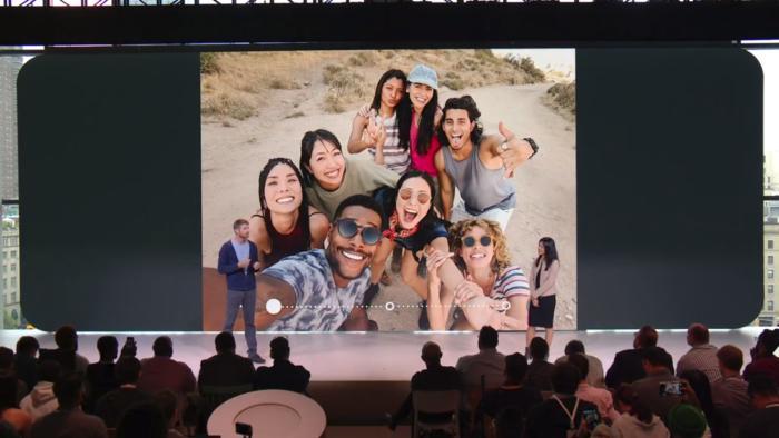 구글은 전면의 광각 카메라가 아이폰 XS보다 184% 더 넓은 장면을 담을 수 있다고 주장했다.