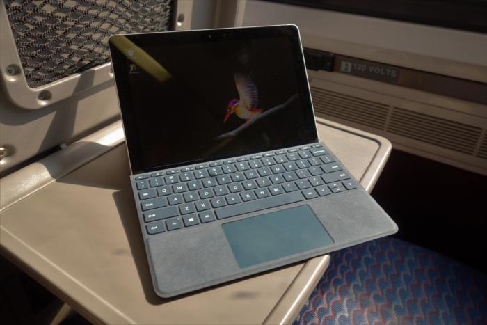 서피스 고는 컴팩트한 크기로 외부에서 일할 때 사용하기 좋다. LTE 버전은 부족했던 연결성을 보완해준다.