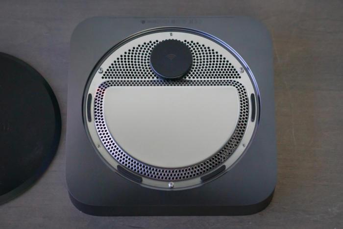 맥 미니의 케이스는 쉽게 열 수 있다. 하부의 원형 플라스틱 덮개를 빼내면 별나사로 고정된 알루미늄 뚜껑이 보인다.