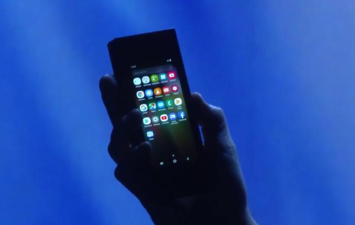 삼성의 새로운 폴더블 폰은 닫은 상태에서 2001년식 휴대폰 같은 느낌이다.