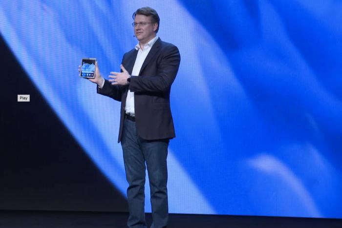삼성의 수석 부사장 저스틴 덴션이 삼성의 새로운 폴더블 폰을 공개할 때 눈을 깜빡거렸다면 아마 보지 못했을 것이다.
